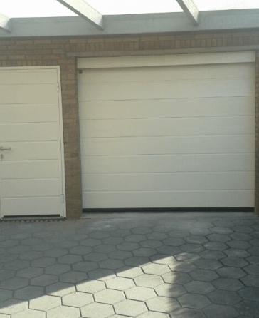 Garagedeur-met-een-loopdeur